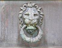 Getrübter Messing-oder Kupfer-Löwekopf Türknauf-Klopfer lizenzfreie stockfotos