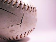 Getragen hinunter Softball lizenzfreies stockbild