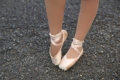 Getragene heraus Ballett-Schuhe 1 lizenzfreie stockbilder
