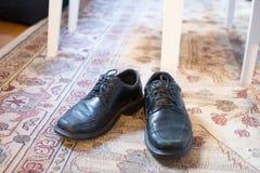 Getragene heraus schwarze Lederschuhe lizenzfreie stockbilder