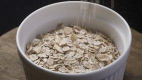 Getreide, die in eine Milch-Schüssel, Zeitlupe fallen stock video