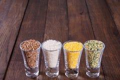 Getreide in einem Glas auf alten Brettern lizenzfreies stockfoto
