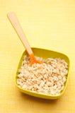Getreide in einer vibrierenden Schüssel lizenzfreie stockfotos