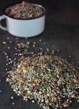 Getreide für Vögel auf hölzernem Hintergrund Stockfoto