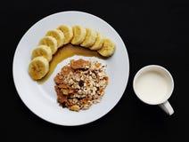 Getreide mit Banane überstieg mit Honig und Milch eine Schale zur Gesundheit stockfoto