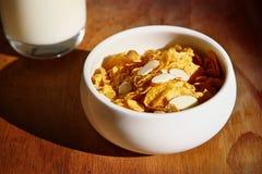 Getreide mit Milch Stockbild