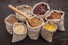 Getreide und Bohnen in den Taschen Lizenzfreies Stockfoto