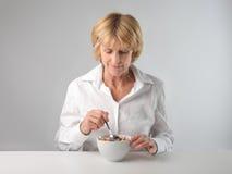 Getreide zum Frühstück lizenzfreie stockfotografie