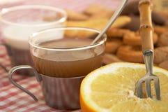 Getreidebiskuite, Pampelmuse und eine Tasse Tee oder Milch Lizenzfreies Stockfoto