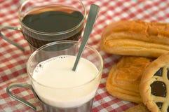 Getreidebiskuite, Schokoladenkuchen und ein Cup Milch Lizenzfreie Stockfotos