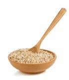 Getreideflocke in der hölzernen Platte auf Weiß Stockfotografie