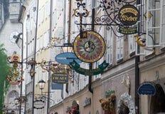 Getreidegasse gata i Salzburg Arkivfoto