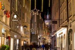 Getreidegasse i Salzburg på jul Arkivbild