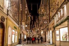 Getreidegasse i Salzburg på jul Arkivbilder