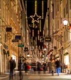 Getreidegasse i Salzburg på jul Arkivfoto