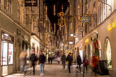 Getreidegasse i Salzburg på jul Royaltyfria Foton