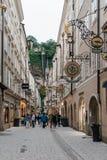 Getreidegasse Paesaggio urbano scenico del centro urbano storico di sal Immagini Stock Libere da Diritti