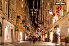 Getreidegasse in Salzburg am Weihnachten lizenzfreie stockbilder