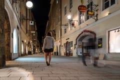 Getreidegasse Scenisk cityscape av den historiska stadsmitten av Sal fotografering för bildbyråer