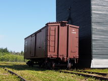 Getreideheber mit Frachtwaggon am ukrainischen Dorf Alberta Lizenzfreie Stockfotografie