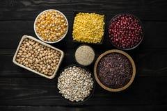 Getreidekornprodukt auf Draufsicht des hölzernen dunklen Hintergrundes lizenzfreie stockfotos