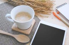 Getreidelebensmittel auf weißem Getränkglas und -reis trocknete Platz im SID Lizenzfreies Stockfoto