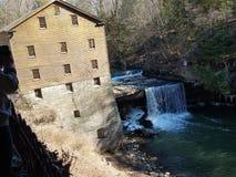 Getreidemühle mit Wasserfall stockbilder