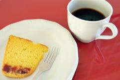 Getreidemehl-Kuchen mit Guavenpaste auf einer weißen Platte über einer roten Tabelle Stockfotos