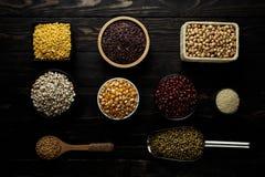Getreideprodukt auf Draufsicht des hölzernen dunklen Hintergrundes stockbilder