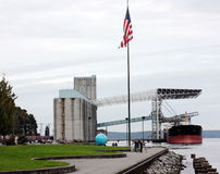 Getreidespeicher und Frachtschiff Stockbild