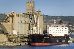 Getreidespeicher und Frachtschiff am Hafen von Civitavecchia, Italien, der Hafen von Rom Lizenzfreies Stockbild
