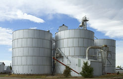 Getreidespeicher unter Wolken Lizenzfreie Stockfotos
