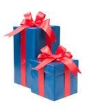 Getrennt über Weiß Türkispräsentkarton mit einem Geschenk und einem roten Bogen ist stockfoto