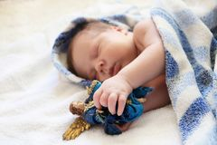 Getrennt über weißem Hintergrund Porträt des netten neugeborenen Babys, das in blauem b schläft Lizenzfreies Stockbild