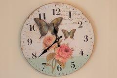 Getrennt über weißem Hintergrund Zeit für Wanduhr Uhr gehangen über die Wand Alte Wanduhr mit Rosafarbenem und Schmetterlingen Lizenzfreie Stockfotos