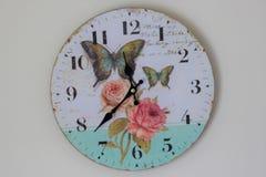 Getrennt über weißem Hintergrund Zeit für Wanduhr Uhr gehangen über die Wand Alte Wanduhr mit Rosafarbenem und Schmetterlingen Stockfotografie