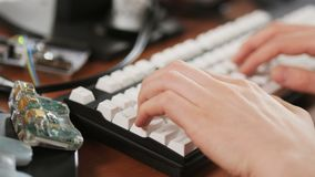 Getrennt über weißer Hintergrundbildschirmanzeige Junger Mann, der auf der Tastatur schreibt stock video