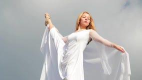 Getrennt auf Schwarzem Frauen im weißen Kleid und mit dem Schal, der auf dem Felsen steht tanzen flugwesen bewegen Handeln gymnas stock video