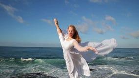 Getrennt auf Schwarzem Frauen im weißen Kleid und mit dem Schal, der auf dem Felsen steht tanzen flugwesen bewegen Handeln gymnas stock video footage