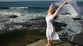 Getrennt auf Schwarzem Frauen im weißen Kleid und mit dem Schal, der auf dem Felsen steht tanzen flugwesen bewegen Handeln gymnas stock footage