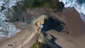Getrennt auf Schwarzem Frauen im weißen Kleid und mit dem Schal, der auf dem Felsen steht tanzen flugwesen Luftgesamtlänge frome  stock video