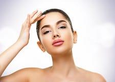 Getrennt auf Weiß Gesicht der schönen jungen Frau mit perfekter Haut stockfotografie