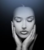 Getrennt auf Weiß Gesicht der Schönheit mit den Augen geschlossen stockbilder