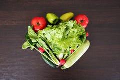 Getrennt auf Weiß Gesundes Essenkonzept Gemüsediätkonzept Lebensmittelphotographie des Herzens gemacht vom unterschiedlichen Gemü Stockfotografie
