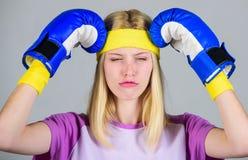 Getrennt auf Weiß Halten Sie Ruhe und werden Sie Kopfschmerzen los Schlagkopfschmerzen Mädchenboxhandschuhe müde kämpfen Starke F stockbilder