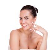 Getrennt auf Weiß Schöne Badekurort-Frau, die ihr Gesicht berührt stockfotos