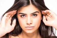 Getrennt auf Weiß Schöne Badekurort-Frau, die ihr Gesicht berührt Perfekte frische Haut lokalisiert auf weißem Hintergrund Jugend lizenzfreie stockfotos