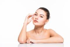 Getrennt auf Weiß Schöne Badekurort-Frau, die ihr Gesicht berührt Reines Schönheits-Modell Getrennt auf weißem Hintergrund Reine  Stockbilder