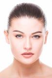 Getrennt auf Weiß Schönes Badekurort-Frauen-Lächeln Reines Schönheits-Modell Jugend-und Hautpflege-Konzept Nacktes Make-up Lizenzfreie Stockfotografie