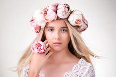 Getrennt auf Weiß Schönes blondes Mädchen mit Kranz von Blumen Lizenzfreies Stockfoto
